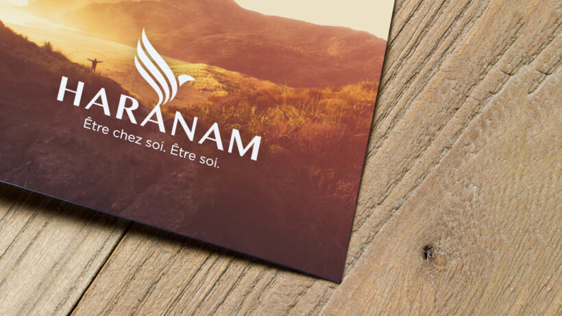 Bas de flyer Haranam sur table en bois